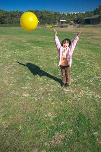 公園でボール投げをする女の子の写真素材 [FYI03244719]