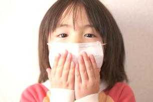マスクをした女の子の写真素材 [FYI03244723]