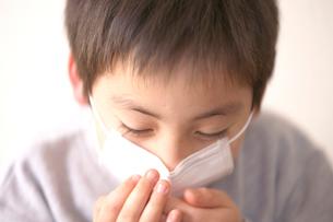 マスクをした男の子の写真素材 [FYI03244724]