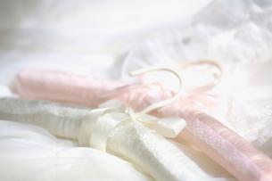 白とピンクのハンガーの写真素材 [FYI03244739]