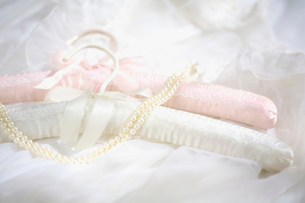 白とピンクのハンガーとパールのネックレスの写真素材 [FYI03244744]