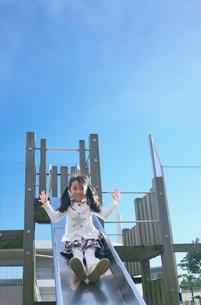 滑り台で遊ぶ女の子の写真素材 [FYI03244752]