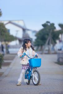 自転車に乗った女の子の写真素材 [FYI03244761]