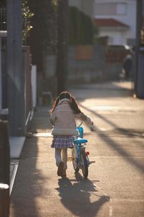 自転車と女の子の後姿の写真素材 [FYI03244766]