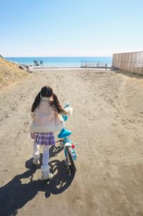 自転車で海に向かう女の子の後姿の写真素材 [FYI03244775]