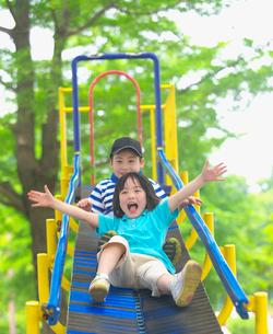 滑り台で遊ぶ子供の写真素材 [FYI03244783]
