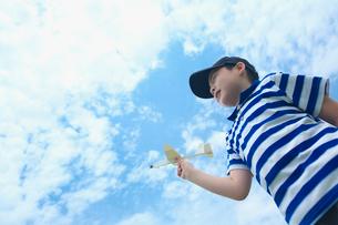 紙飛行機で遊ぶ男の子の写真素材 [FYI03244812]