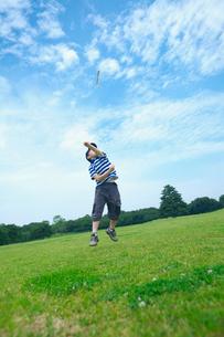紙飛行機で遊ぶ男の子の写真素材 [FYI03244820]