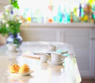 リビングのテーブルに置いたシュークリームの写真素材 [FYI03244938]