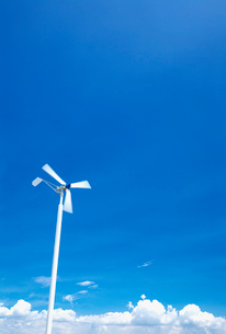 風力発電機と青空と雲の写真素材 [FYI03244943]