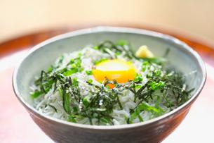 生卵がのったシラス丼の写真素材 [FYI03244952]