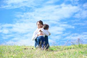 笑顔で抱き合う母親と子供の写真素材 [FYI03244963]