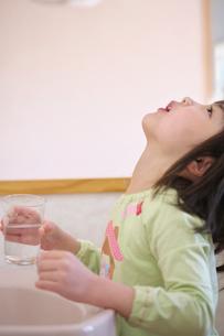 うがいをする女の子の写真素材 [FYI03245002]