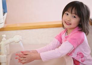 手を洗う女の子の写真素材 [FYI03245003]