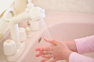 手を洗う子供の手の写真素材 [FYI03245004]