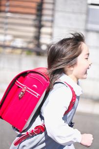 ランドセルを背負った女の子の写真素材 [FYI03245022]