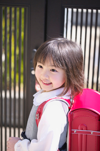 ランドセルを背負った女の子の写真素材 [FYI03245025]