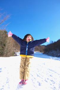 雪玉に乗った女の子の写真素材 [FYI03245058]