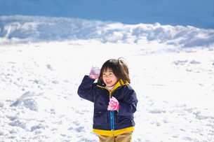 雪遊びをする女の子の写真素材 [FYI03245068]