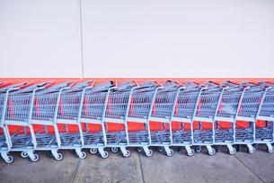 並んだショッピングカートの写真素材 [FYI03245140]