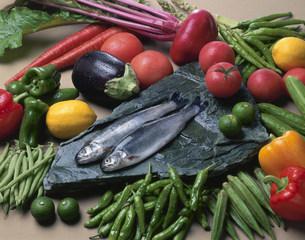 ニジマスと野菜の写真素材 [FYI03245376]