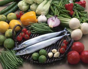 サンマと野菜の写真素材 [FYI03245378]