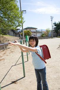 鉄棒に手を伸ばす女子小学生の写真素材 [FYI03245409]