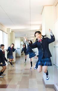 廊下の女子学生の写真素材 [FYI03245918]