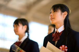 卒業式で歌う女子学生の写真素材 [FYI03245939]