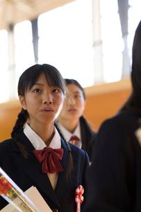 卒業式で歌う女子学生の写真素材 [FYI03245944]