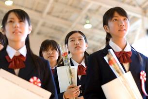 卒業式で歌う女子学生の写真素材 [FYI03245958]