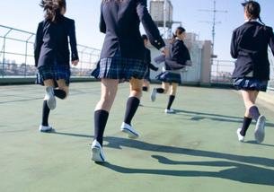 屋上を駆ける女子学生の写真素材 [FYI03245984]