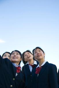 空を見上げる女子学生の写真素材 [FYI03246065]