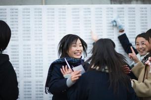 合格を喜ぶ女子学生の写真素材 [FYI03246068]
