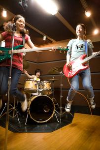 バンドの練習をする女の子たちの写真素材 [FYI03246148]