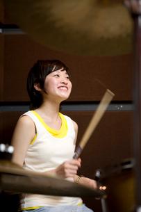 ドラムをたたく女の子の写真素材 [FYI03246161]