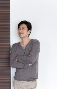 腕組みして壁際に立つ男性の写真素材 [FYI03246169]