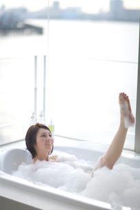 バブルバスに入る女性の写真素材 [FYI03246170]