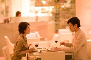レストランで食事をする男女の写真素材 [FYI03246173]