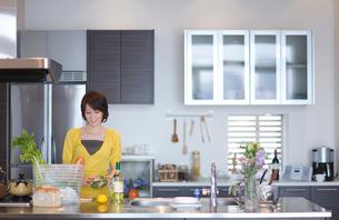 キッチンに立つ女性の写真素材 [FYI03246175]