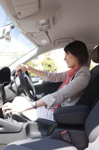 車を運転する女性の写真素材 [FYI03246176]
