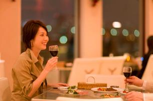 レストランで赤ワインを持つ男女の写真素材 [FYI03246182]
