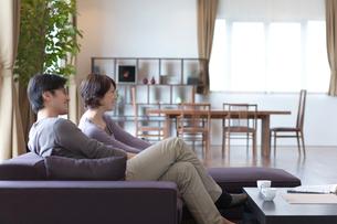 ソファーに座って寛ぐ男女の写真素材 [FYI03246200]