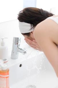 洗面所で洗顔をする女性の写真素材 [FYI03246206]