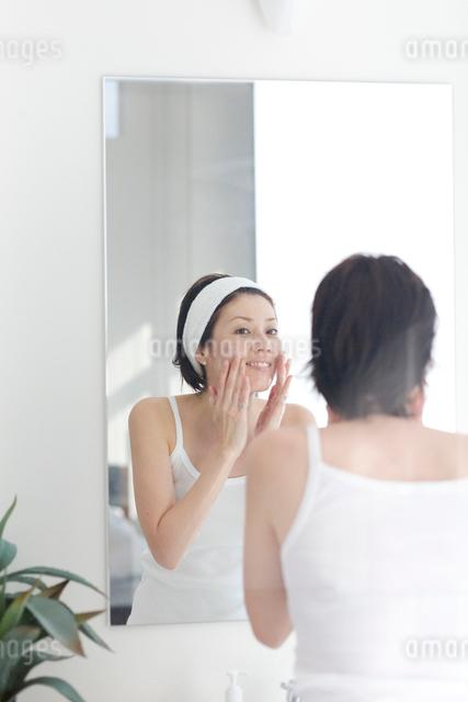 鏡の前でスキンケアする女性の写真素材 [FYI03246210]