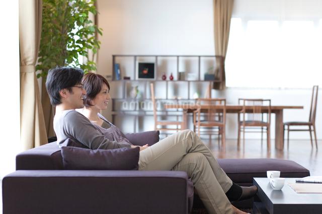 ソファーに座って寛ぐ男女の写真素材 [FYI03246256]