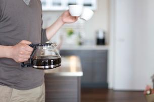 コーヒーサーバーとカップを手にする男性の写真素材 [FYI03246270]