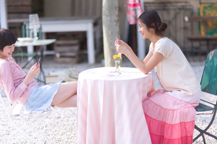 屋外でトランプをする2人の女の子の写真素材 [FYI03246307]
