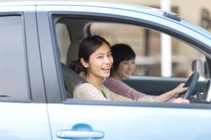 車に乗った2人の女の子の写真素材 [FYI03246317]