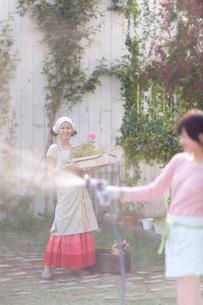 ガーデニングを楽しむ2人の女の子の写真素材 [FYI03246332]